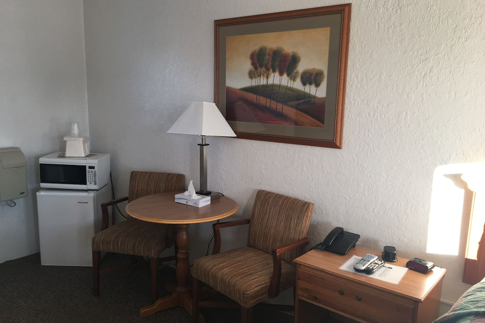 Basic Single Room, 1 Queen Bed, Accessible - In-Room Dining