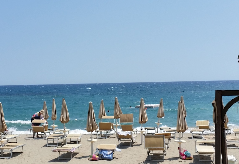 โรงแรมและที่พักอาเรกาย มารีน่า, Santo Stefano al Mare, ชายหาด