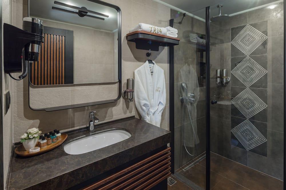 Deluxe Room, 1 Queen Bed - Bathroom