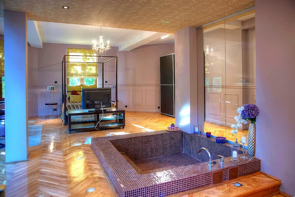 Executive Suite, 1 Double Bed, Hot Tub, Mountain View - Living Area