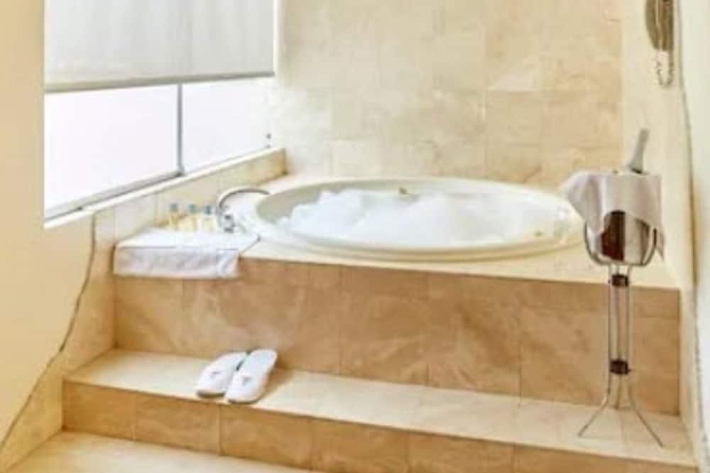 Atskira masažinė vonia