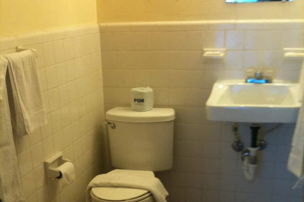 Economy Double Room, 2 Queen Beds - Bathroom