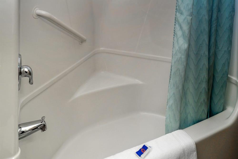 Standardværelse - 2 dobbeltsenge - ikke-ryger - køleskab og mikrobølgeovn - Badeværelse