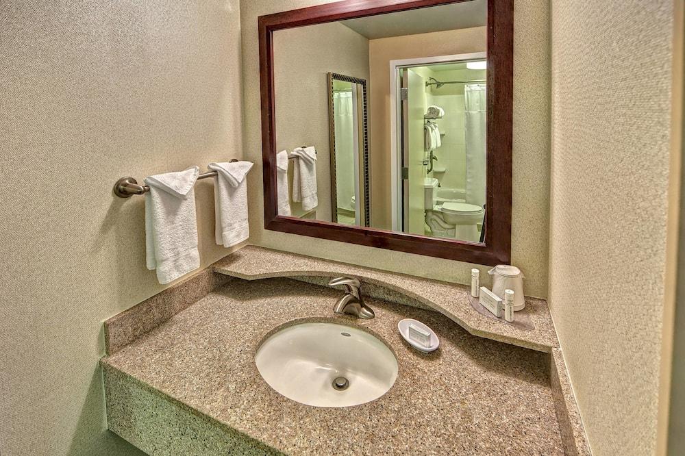 Люкс, 2 двуспальные кровати, для некурящих - Ванная комната