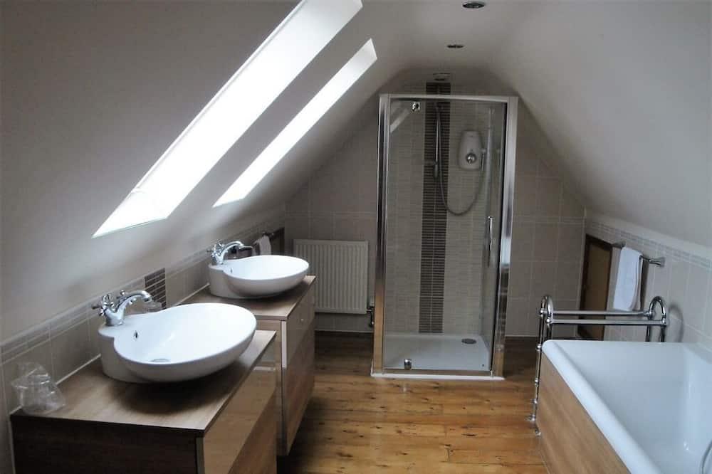 Apartmán, súkromná kúpeľňa (Bath and Shower) - Kúpeľňa