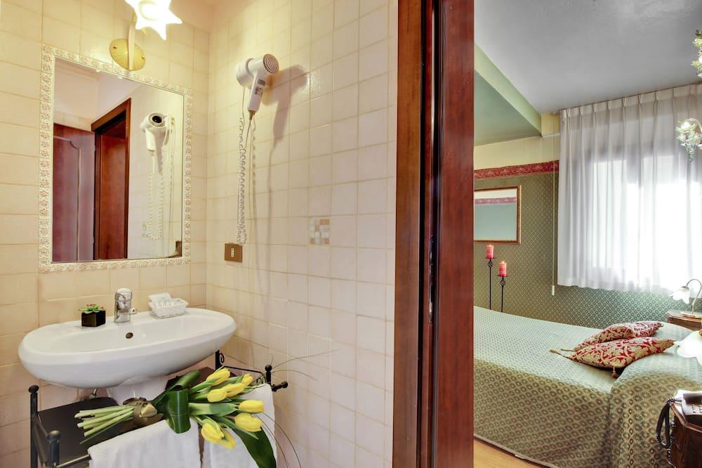 Двухместный номер с 1 двуспальной кроватью, вид на канал - Ванная комната