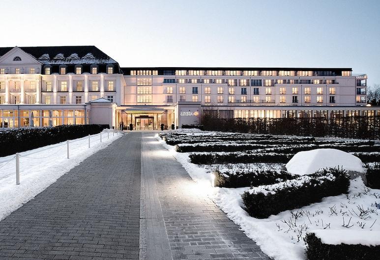 A-ROSA Travemünde, Lübeck, Hotelfassade am Abend/bei Nacht
