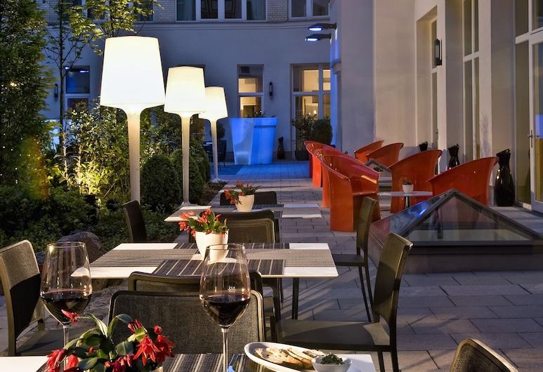 Adina Apartment Hotel Berlin CheckPoint Charlie, Berlin, Speisen im Freien