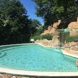 Basen z wodospadem