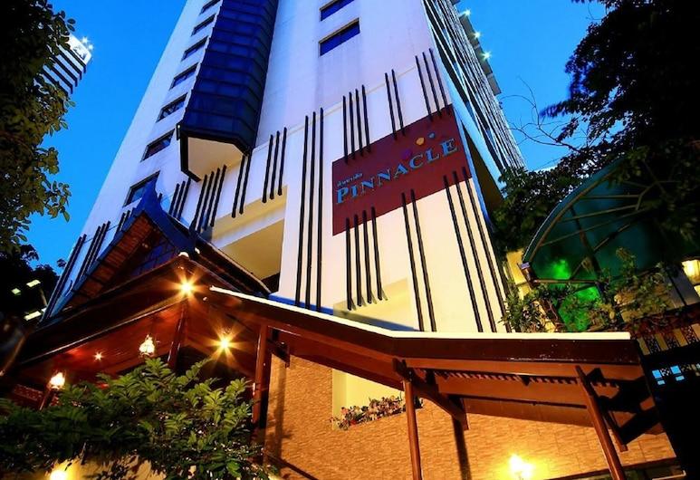 Pinnacle Lumpinee Park Hotel, Bangkok, Hotelfassade am Abend/bei Nacht