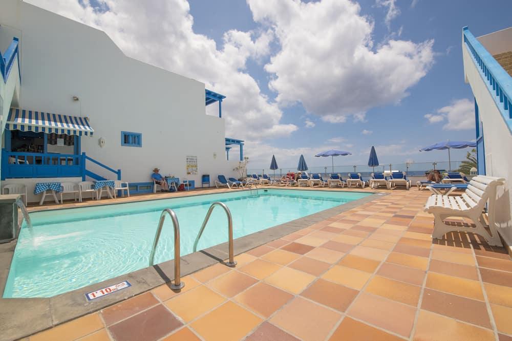 III. Estudio, vistas a la piscina - Piscina al aire libre