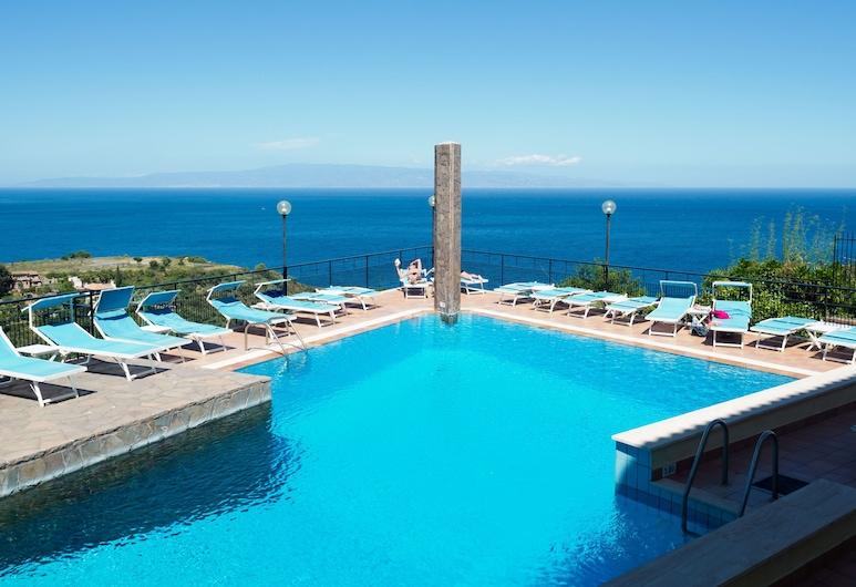 โรงแรมซิริอุส, ทาโอร์มินา, สระว่ายน้ำ