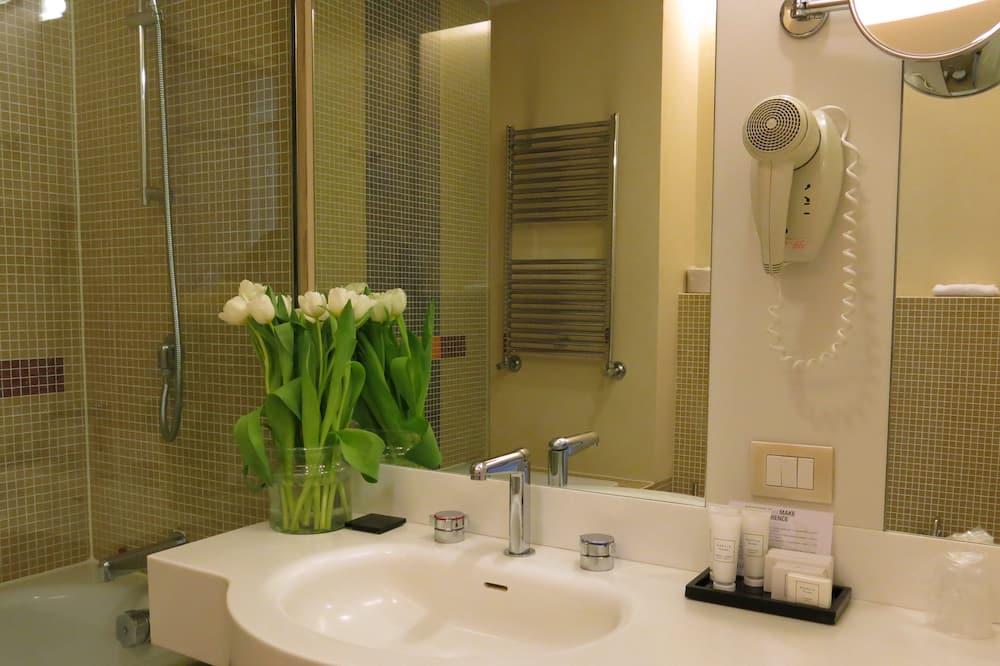 Standard Room, 2 Twin Beds - Bathroom