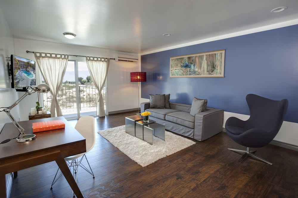 Suite, 1 King Bed, Kitchenette, Mountain View - Living Area