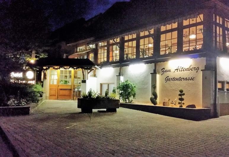 Hotel Altenberg, Baden-Baden, Hotelfassade am Abend/bei Nacht