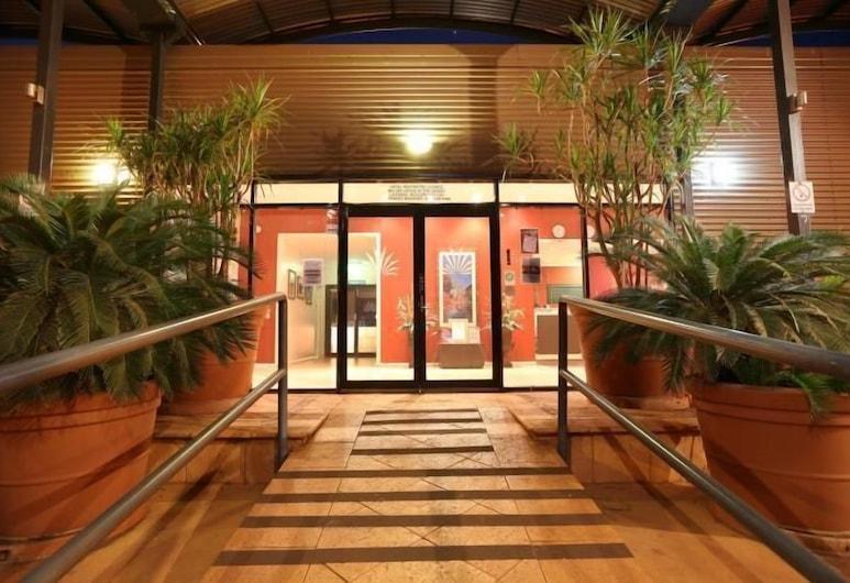 Mia Mia House in the Desert, Newman, Entrada del hotel