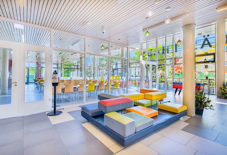 Jugendgästehaus Hauptbahnhof, Berlin, Sitzecke in der Lobby