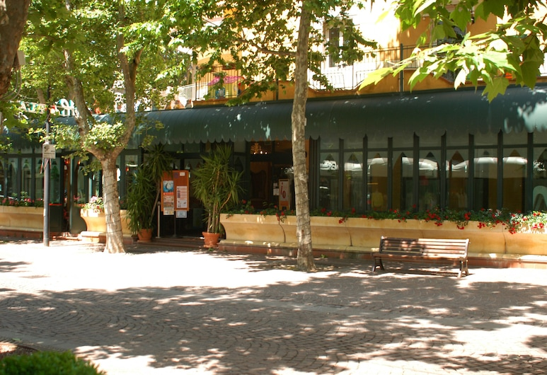 هوتل دي بلاتاني, ريميني, واجهة الفندق