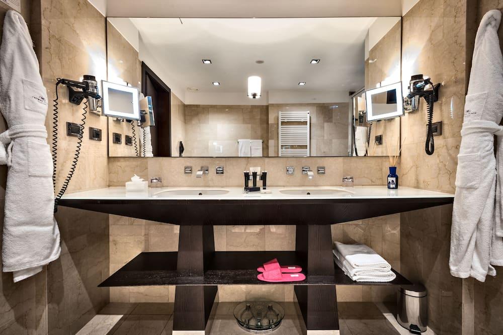 Executive Room, Smoking (2 Beds) - Bathroom