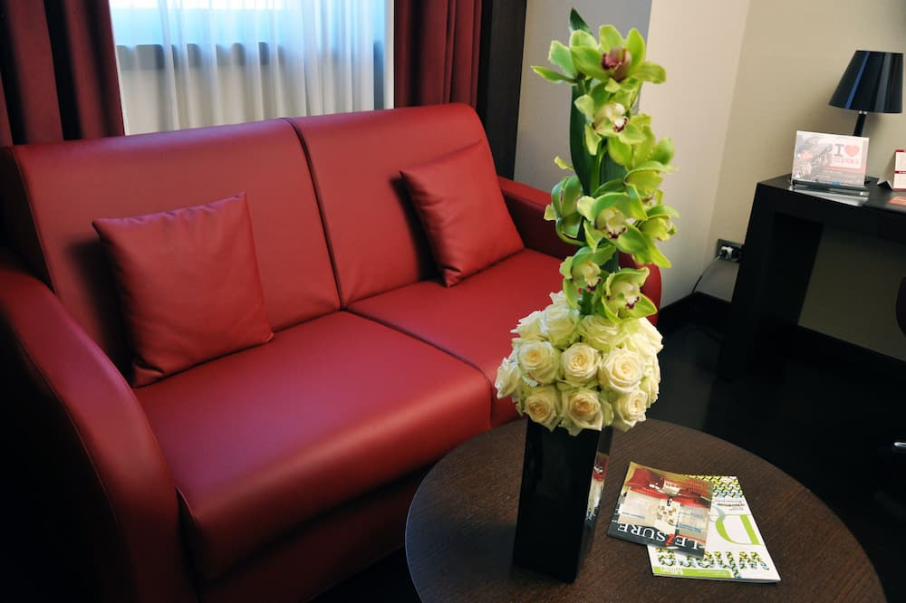 Suite, 1 King Bed, Non Smoking (1 Bed) - Living Area
