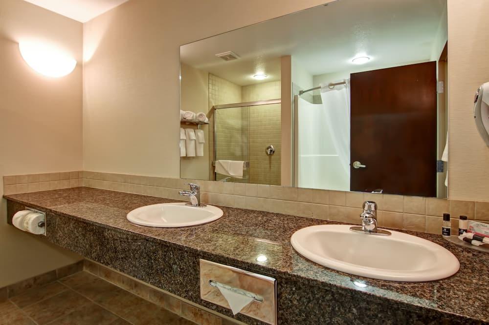 جناح - سرير ملكي - لغير المدخنين - بحوض استحمام بنظام دفع المياه - حمّام
