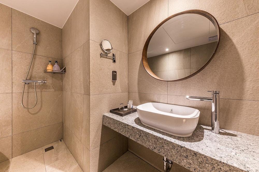 ห้องพรีเมียร์ดับเบิล, เตียงควีนไซส์ 1 เตียง - ห้องน้ำ