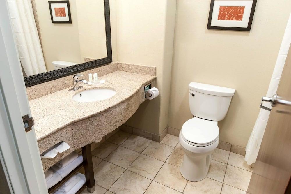 Suite, 1 très grand lit et 1 canapé-lit, accessible aux personnes à mobilité réduite, non-fumeurs - Salle de bain