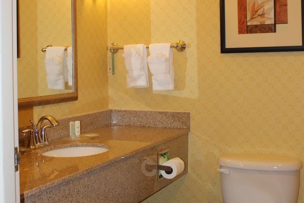 Suite, Multiple Beds, Non Smoking - Bathroom