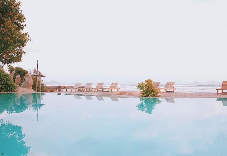 Wild Beach Resort & Spa, נין הואה, בריכה