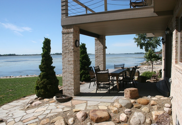 The Lake House at Cedar Point - Beautiful Waterfront Home!, סנדוסקי, מרפסת