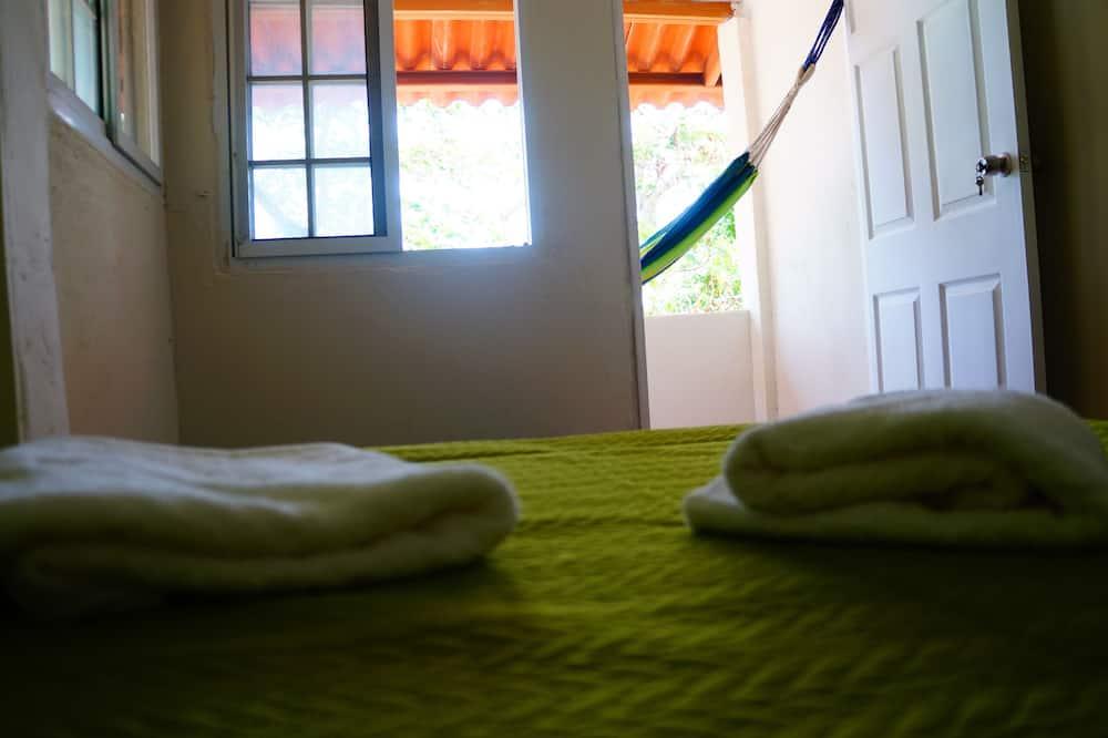 Standard négyágyas szoba, több ágy, terasz, kilátással a kertre - Szobaszerviz - étkezés