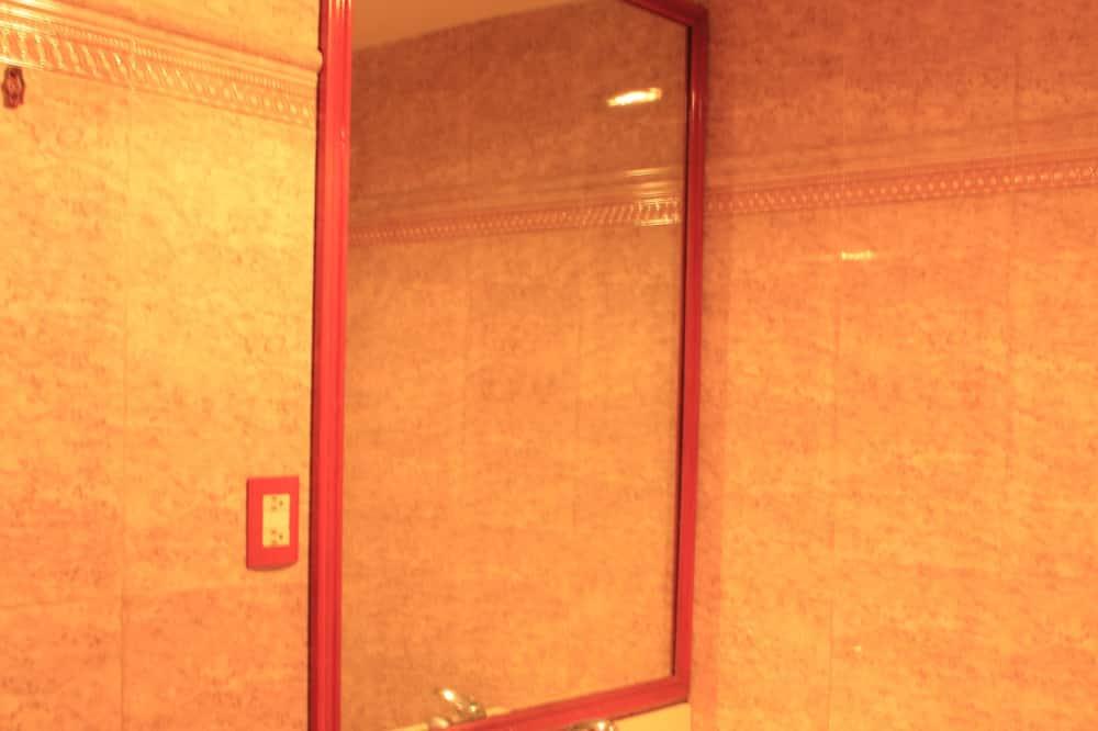 Suite, 2 Double Beds - Bathroom Sink