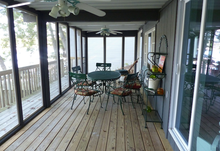 Five Bedroom Waterfront Home With Private Dock in Quiet Cove, Gunung Rocky, Balkon