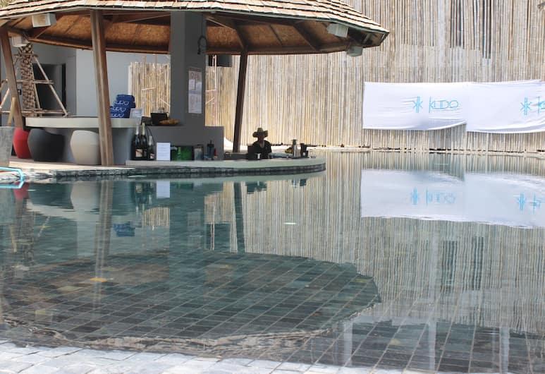 프리덤, 파통, 야외 수영장