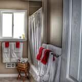 Standard Room, 1 Queen Bed, Shared Bathroom - Bathroom
