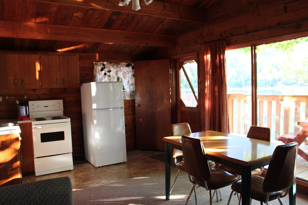 Indian Point Cabins On Adams Lake Chase Cabin In Room Dining