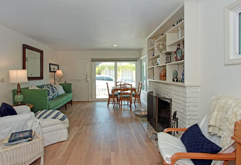 W. Bay Ave (68433) - 2 Br townhouse by RedAwning, Newport Beach, Living Room