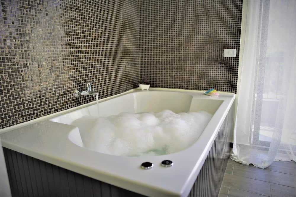 Suite Khas (Beverly) - Bathtub spa pribadi