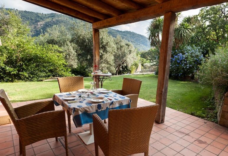 Farm holidays with pool in Sicily, among the Nebrodi's park and close to the sea, Rocca di Capri Leone, شُرفة
