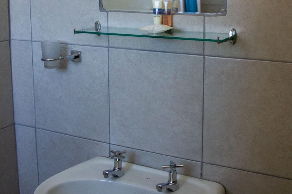 Superior kahetuba, 1 magamistoaga, suitsetamine keelatud, külmkapp - Vannitoa valamu
