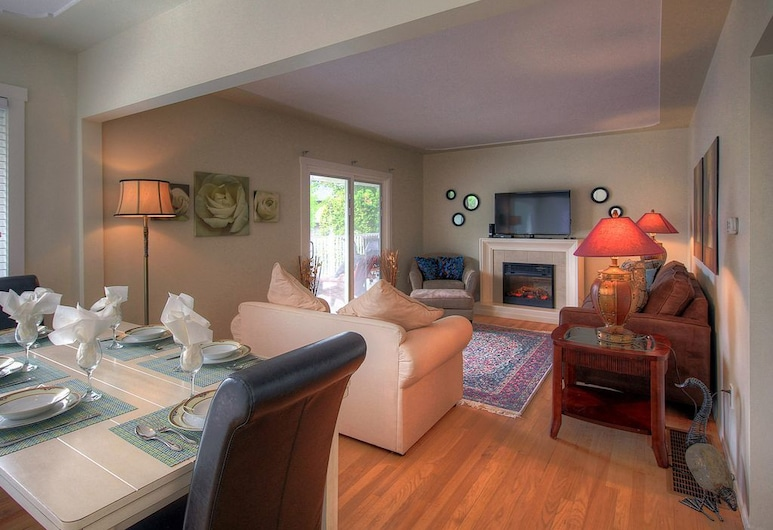 Beach Access Kelowna Rental Home Upper Unit by KVR, Kelowna, House, 3 Bedrooms, Beachside, Room