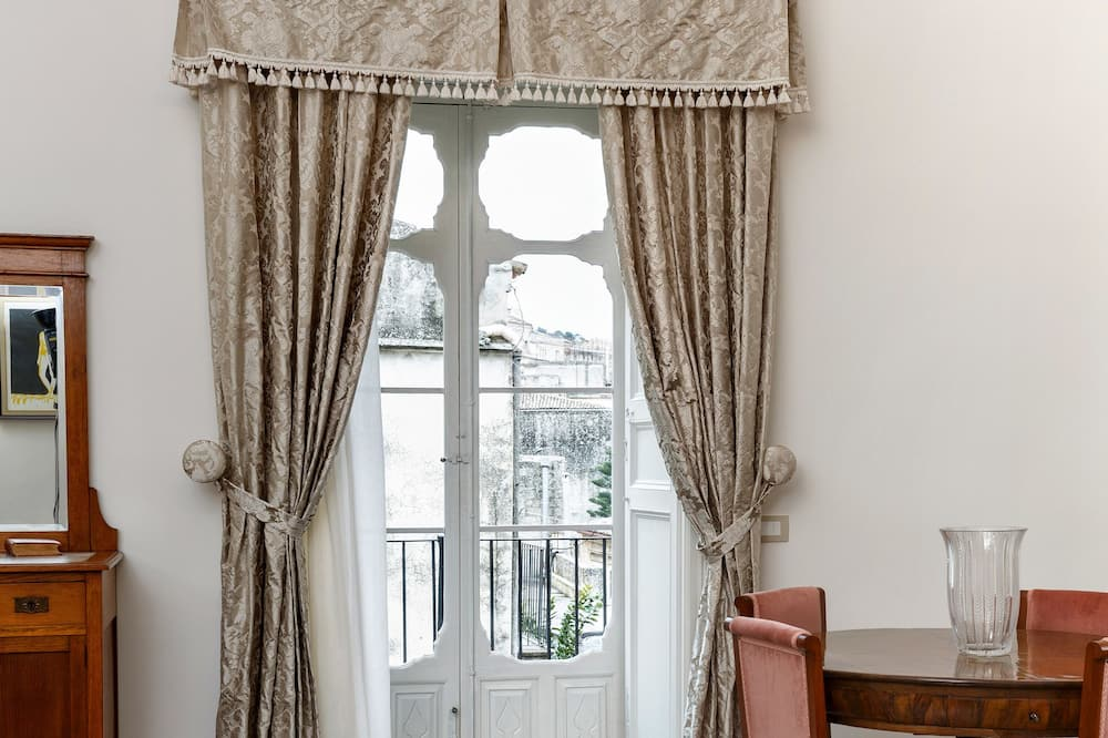 Apartmá, balkon - Obývací prostor