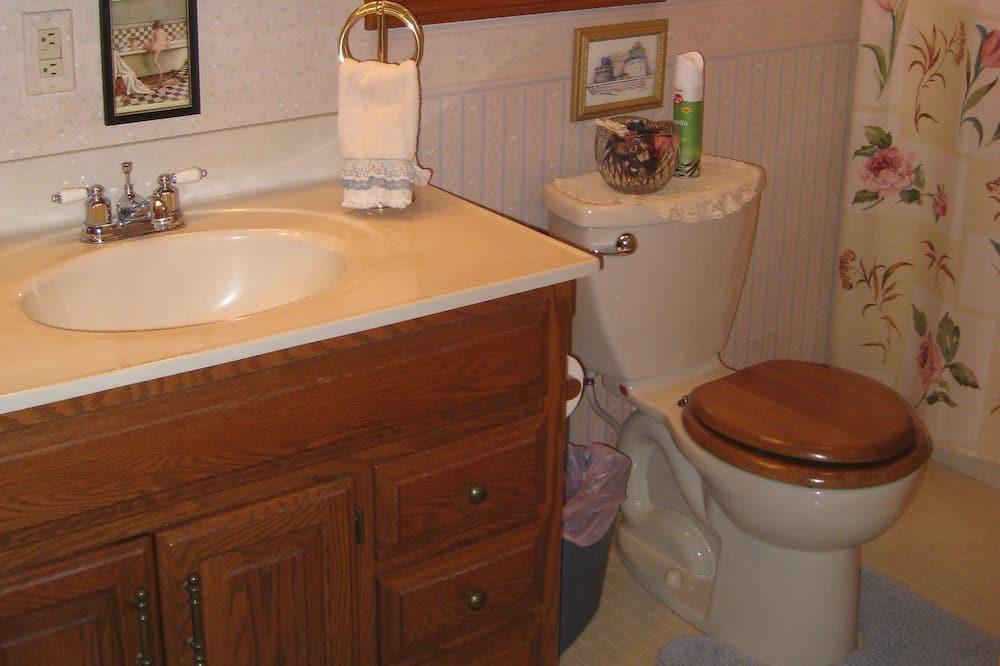 Maja, omaette vannitoaga (Farmhouse Stay - Entire House) - Vannituba