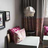 Suite – junior, 1 kingsize-seng, privat bad, utsikt mot bakgård - Oppholdsområde