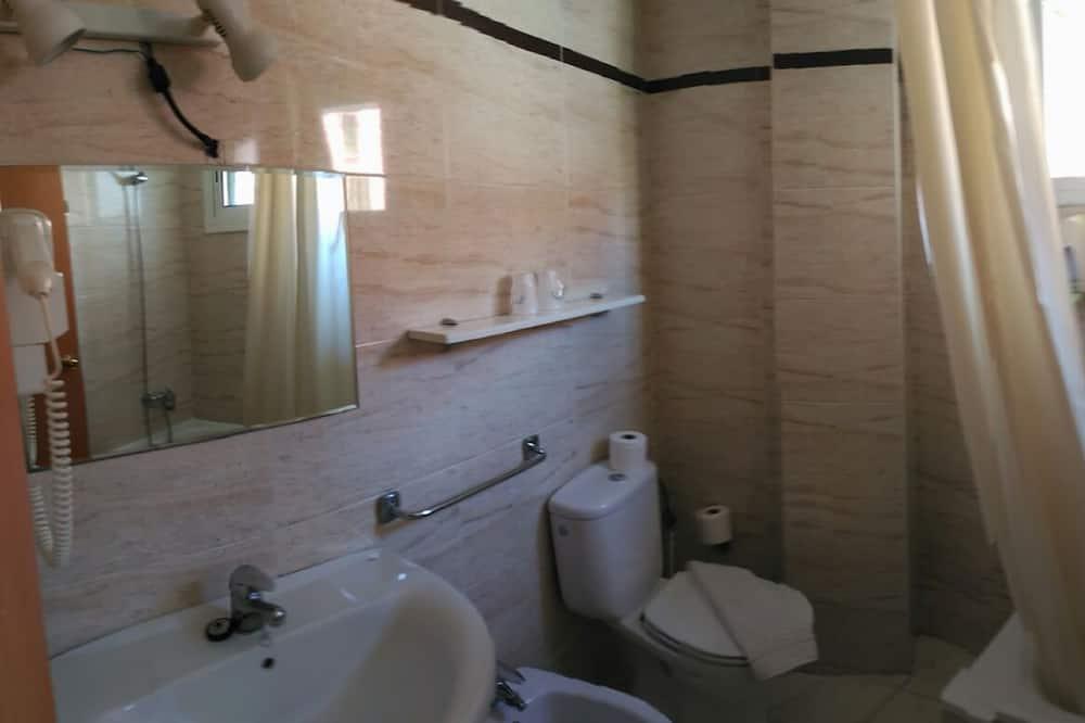 Dvoulůžkový pokoj, 2 jednolůžka, balkon - Koupelna