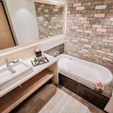 Suite con Bañera de Hidromasaje, 1 Cama King, Vista a la Ciudad, Minibar, No Fumar - Baño