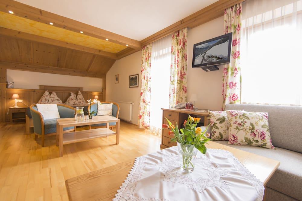 Comfort Dört Kişilik Oda, 1 Çift Kişilik Yatak, Balkon, Dağ Manzaralı - Oturma Alanı
