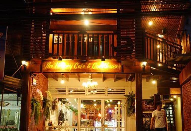 The History Cafe' & Guesthouse, Sukhothai, Fachada del hotel de noche