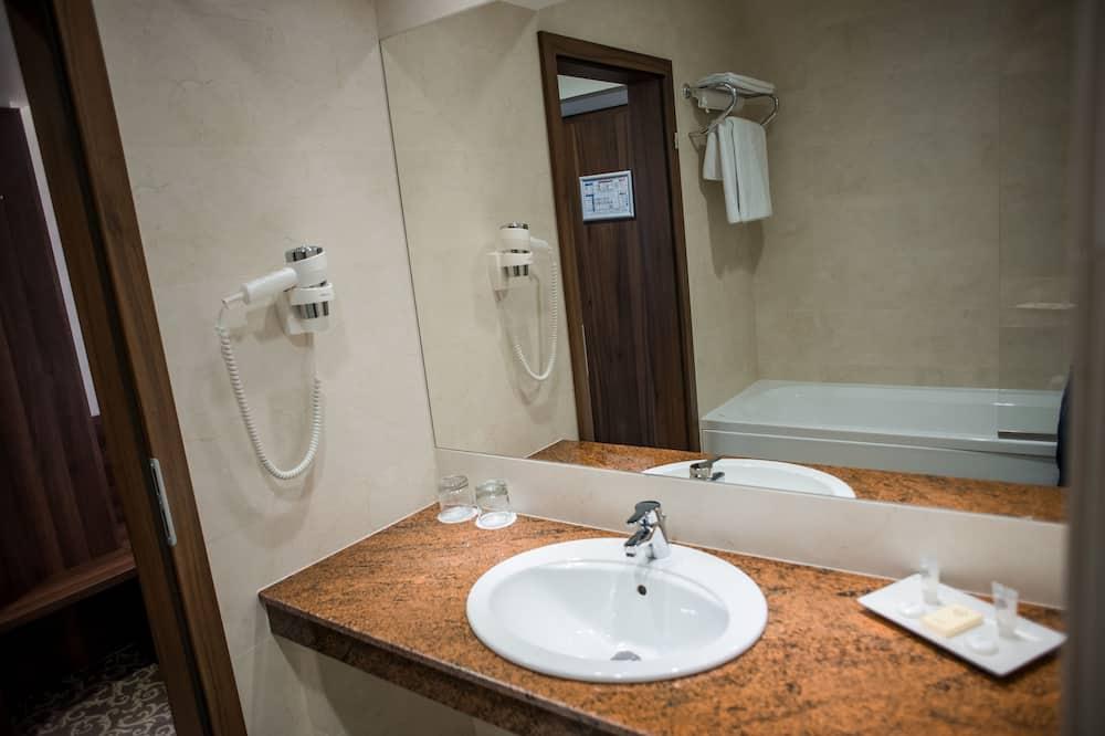 Deluxe Twin Room, 1 Bedroom - Bathroom Sink