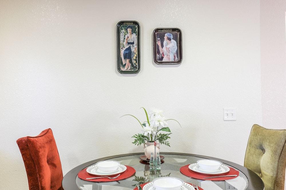 Comfort Condo, 2 Bedrooms - In-Room Dining